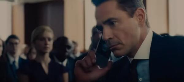 юрист разговаривает по телефону на судебном процессе5c5b477ebf640