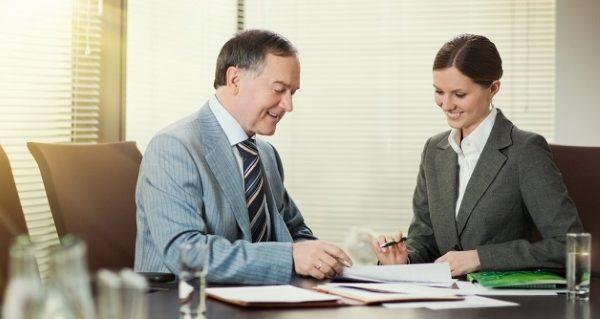 Подпись документов у сотрудника банка5c5b4ae685627