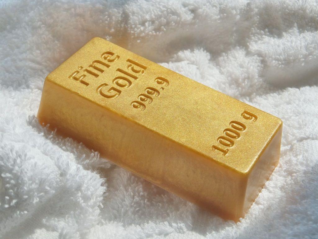 Золото - слиток на белом фоне5c5b527394c61