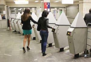 Студентки на входе в метро5c5b57e43e491