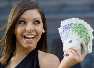 Фото симпатичной и довольной девушки с деньгами5c5b58a912557