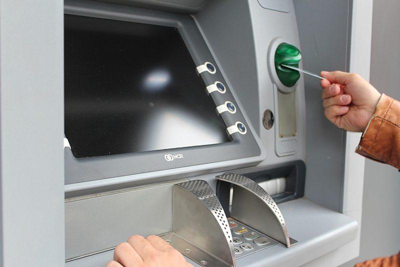 Безопаснее всего снимать деньги через банкомат, установленный в людном и хорошо охраняемом месте5c5b5c77e7255