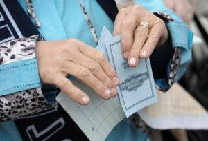 Сберкнижка в руках у женщины5c5b5da19e809