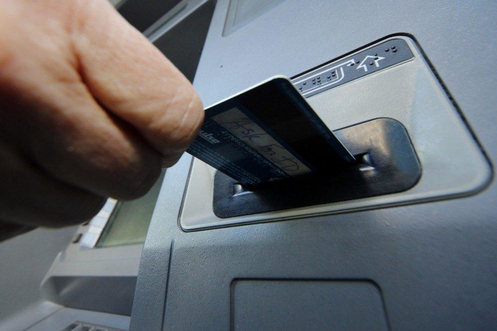 Кредитная карта Тинькофф и банкомат5c5b5f728ba61