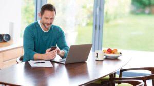 Мужчина изучает в договоре срок кредитования5c5b6174501f4