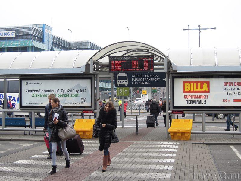 Остановка автобусов в аэропорту Праги5c5b621923315