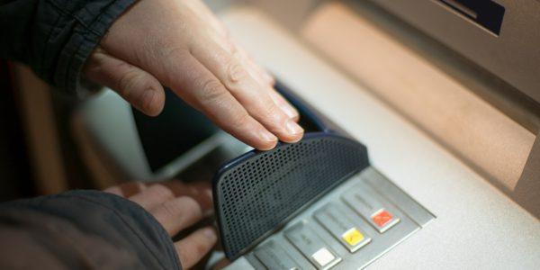 Когда вводите пин-код, прикрывайте клавиатуру рукой. И не забывайте проверять, нет ли на банкомате накладок или лишних деталей.5c5b62ad51fb5