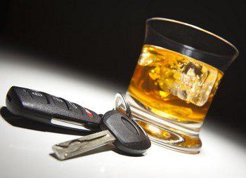 Ключи от машины и стакан с виски5c5b63a55964e
