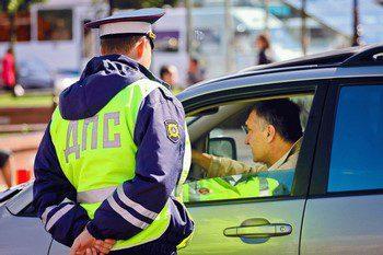 Инспектор дпс и водитель в машине5c5b63a56c32b