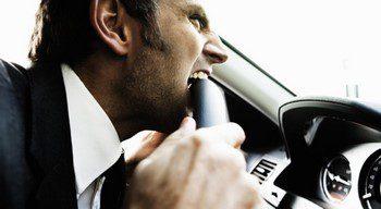 Водитель кусает руль5c5b63a57ee39