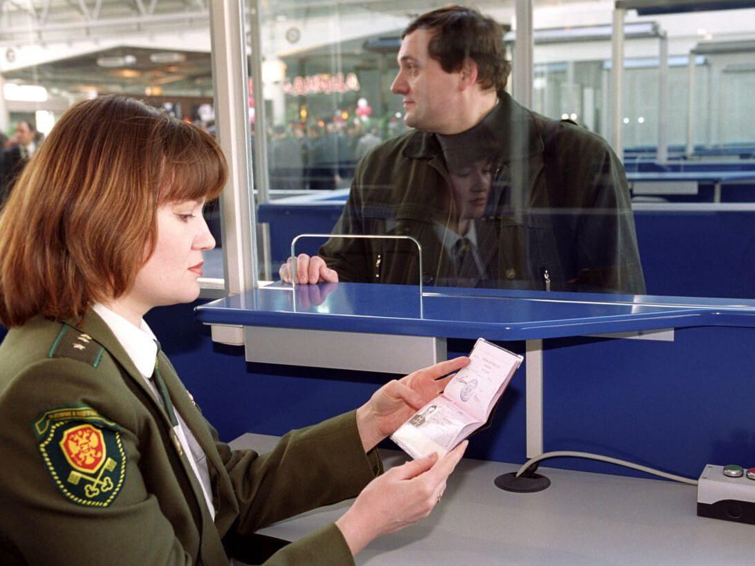 Проверка документов сотрудником пограничной службы ФСБ России5c5b16d7c44b1