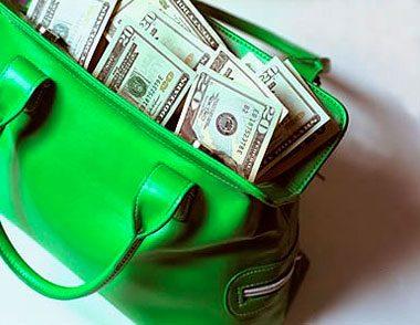 Доллары торчат из зеленой сумки5c5b1933d6e81