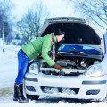 Иногда нужно приложить немало усилий, чтобы завести автомобиль в мороз5c5b1b34e0369