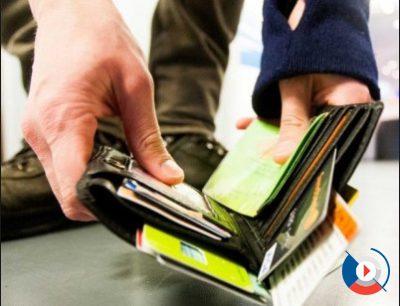 Обычно карты мы носим в бумажнике вместе с деньгами. При утере его мы автоматически становимся уязвимы перед мошенниками. Будьте бдительны и проверяйте свою кредитную или дебетовую карту почаще. Если заметите пропажу, сразу сообщите в банк по телефону.5c5b2ba219a2f