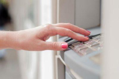 Осуществить перевод через банкомат можно на карту любого банка. Для этого достаточно знать только номер карты получателя.5c5b33f7204e4
