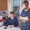 Жена и муж считают деньги5c5b3613dc571