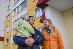 Молодая семья у новостройки5c5b3914d7acd